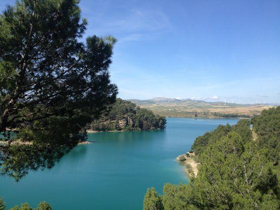 Lieflijke, witte dorpen, spannende stukken natuur en prachtige uitzichten in de Axarquia streek (Andalusie- Malaga). Sunshine Tours Andalusie neemt je mee op excursie in een comfortabele Land Rover. voor 2 tot 5 personen. Lunch, hapjes en drankjes inclusief. Duur van de excursie: 8 uur. Meer informatie: www.sunshinetours-andalucia.eu