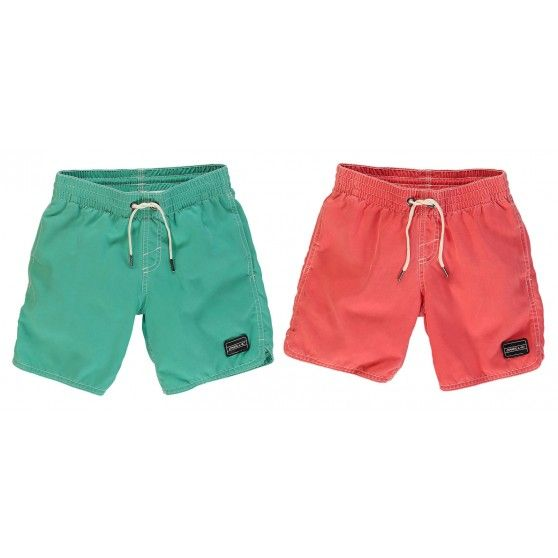 De @oneill1952 Sunstruck Shorts junior is verkrijgbaar in twee zomerse kleuren. Deze #zwembroek voor jongens staat mooi bij een gebruinde huid.