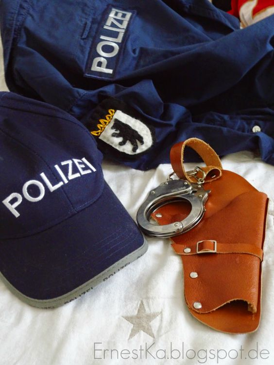 DIY Polizei-Kostüm-  http://ernestka.blogspot.de/2015/02/gebacken-gemalt-genaht-schmalzgeback.html