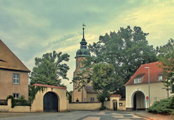 Lampertswalde bei Oschatz in Sachsen Torbogen zum alten Rittergut (rechts), Kirche und Pfarrhaus