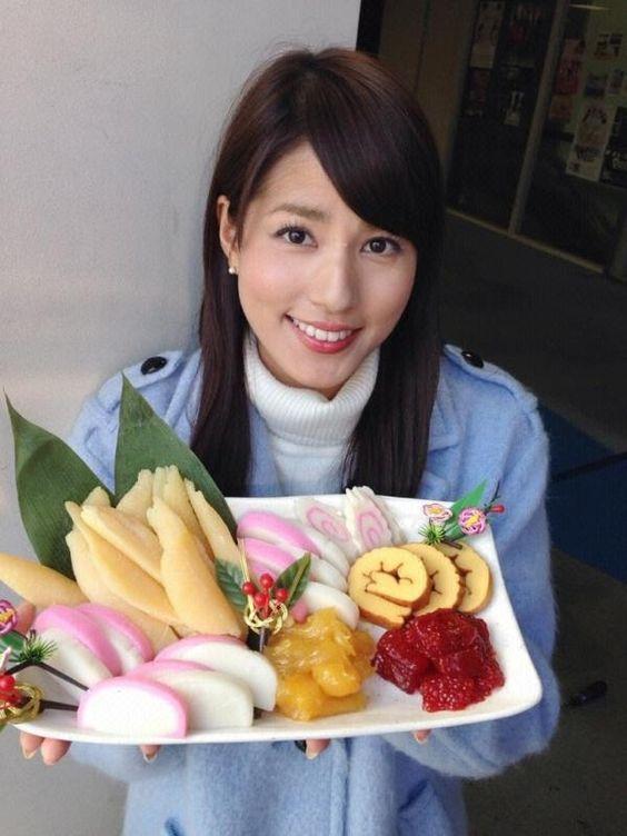 おせち料理を手に持つ永島優美