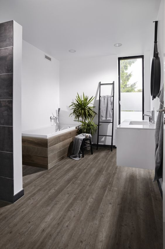 Laminaat Badkamer : Pvc vloer voor bv in de badkamer met houtlook ...