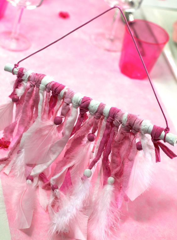 Attrape rêves Rose pour faire un cadeau Unique et coordonnée à la Déco de Table Rose Louloute Disponible sur http://www.matableparfaite.com/fr/deco-de-table/attrape-reves/attrape-reves-artisanal-rose-louloute-255/
