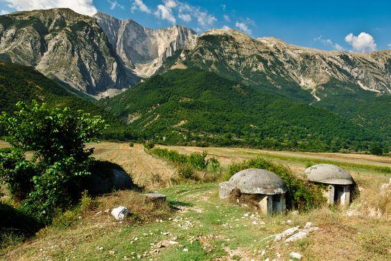 Kleine Brüder:  Diese Bunker im albanischen Hochland stehen zwar noch nicht so...