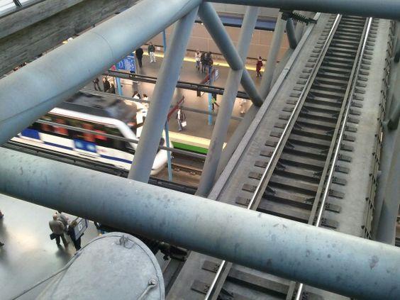 駅の中で線路が立体交差 @Madrid