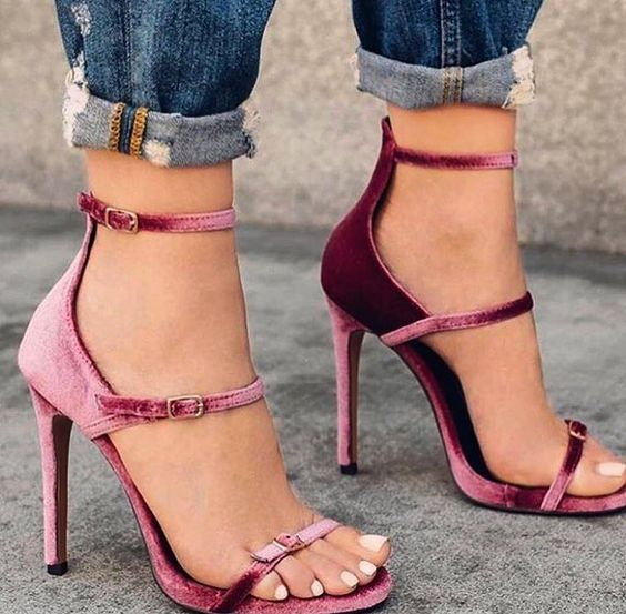 oh, my!! love her pretty toes in those sexy cute strappies!!