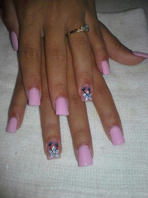 Cotton candy nails, con flor blanca y azul turquesa.
