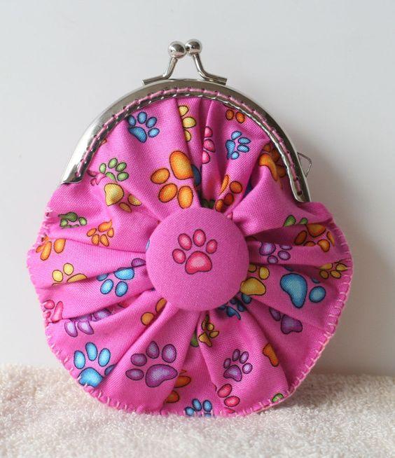 carteirinha fuxico Patinhas de Gato rosa com botões forrados..