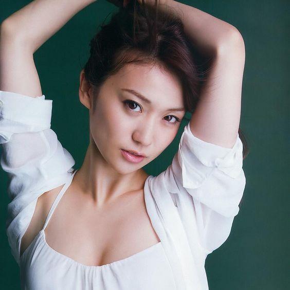 腕を上げる大島優子