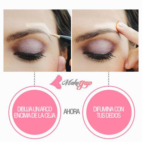 Elevación inmediata de ojos.  Esta ilusión rápida y fácil le dará vida a tu ojo de manera instantánea. Dibuja un arco desde arriba de la ceja con tu marcador favorito, y difuminalo con el dedo. Esto hace que tu mirada se levante, haciendo que el área de los ojos parezca más joven. #Maquillaje #MakeYap #Makeup #MakeupHacks