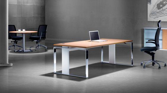 Exklusiver ergonomischer höhenverstellbarer Schreibtisch iMove F 200 x 100 cm mit einer Schweizer-Birnbaum-Oberfläche, einem Hochglanz Chrom Rahmenwagen und einem Säulenprofil aus gebürsteten Aluminium. Quelle #Leuwico