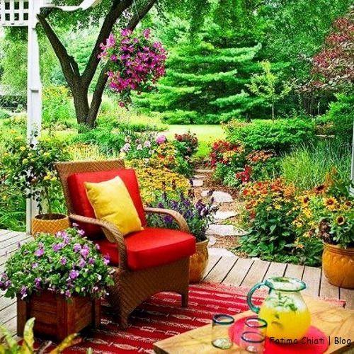Uma bela opção de varanda num jardim romântico e aconchegante
