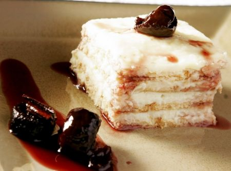 Pavê de Manjar de coco com ameixas ao vinho - Veja como fazer em: http://cybercook.com.br/receita-de-pave-de-manjar-de-coco-com-ameixas-ao-vinho-r-7-12624.html?pinterest-rec