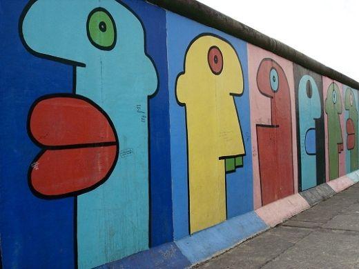 Die East Side Gallery ist ein Stück der Berliner Mauer 1,3 km lang, nahe dem Zentrum von Berlin, die als Unterstützung für eine Ausstellung der Werke von Street Art dient.  Dies ist die East Side Gallery. Die Trennung zwischen Ost- und Westberlin . Die Mauer markiert das Gedächtnis und Gefühle der Menschen, die den Mauerfall erlebt haben. Es war eine sehr schöne Zeit , Ich hätte nicht gedacht , dass die Mauer war zu lang.