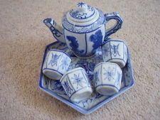 Chinesisches Porzellan blau und weiß Teekanne auf einem Tablett mit 4 Kurzschlüsse, chinesischen Design