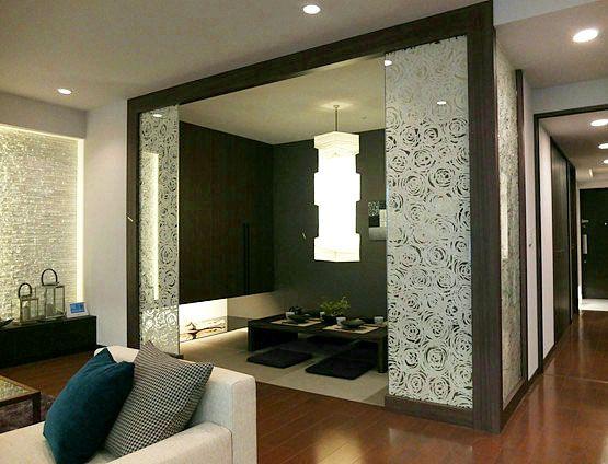 J274 デザインガラスのゲート 来客時にはゲストルームとしても使える和室は、ただ解放するのではなく、ゲートを設けて格式高い空間を演出。 #リビング #ベッドルーム #子ども部屋 #キッズルーム #書斎 #和室 #ダイニングルーム #インテリア #コーディネート #家づくり #インテリアアテンダント