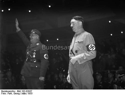 Berlin.- Adolf Hitler bei einer Kundgebung der SA im Sportpalast, links Ernst Röhm.