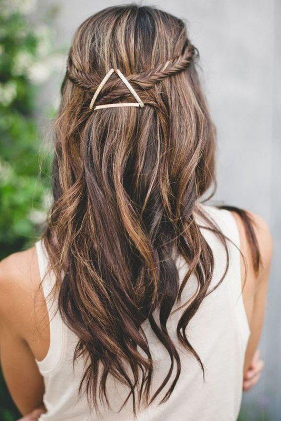 Le jeu des pinces plates dans Top 17 des coiffures simples qui vont vous changer la vie les filles ! Quelles sont les plus stylées ?