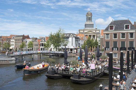 Bekannt ist die Universitätsstadt Leiden vor allem als Geburtsort von Rembrandt. Hier machte der weltberühmte alte Meister seine ersten Schritte in eine märchenhafte Künstlerkarriere. Geprägt ist die Stadt wie viele ihrer holländischen Schwestern durch das Wasser: Entlang der Grachten gibt es zahlreiche Restaurants und Parkanlagen, die zum Beispiel per Wassertaxi erreichbar sind.