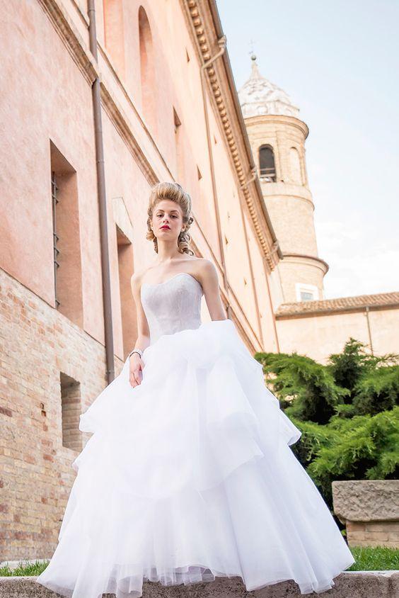 """Abito da sposa """"Splendente"""" è un vero e proprio capolavoro sartoriale impreziosito di cristalli Swarosky. #Tirapani #TirapaniAtelier #sposa #spose #abitodasposa #collezione2017 #abitodasposa2017 #bride #bridal #weddingdress #weddingdress2017 #lookbook2017 #LineaFlorence"""