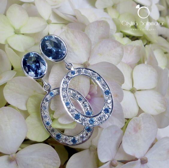Aretes elaborados a mano en plata esterlina con gemas en color turquesa y blanco. Sterling silver handmade earrings with turquoise and white gemsotne colors