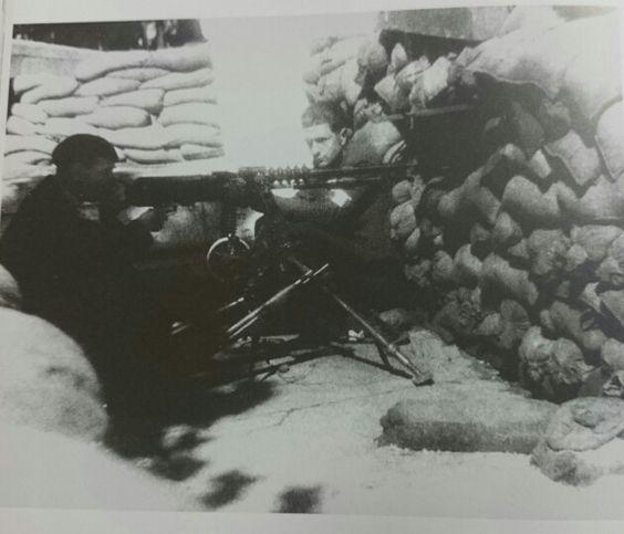 Soldados españoles de la segunda División Blindada del general Leclerc en una trinchera de París