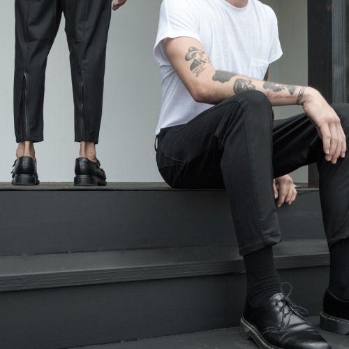 白いTシャツと黒いパンツ)