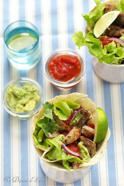 Tacos de porc rôti, salsa roja, guacamole et citron vert