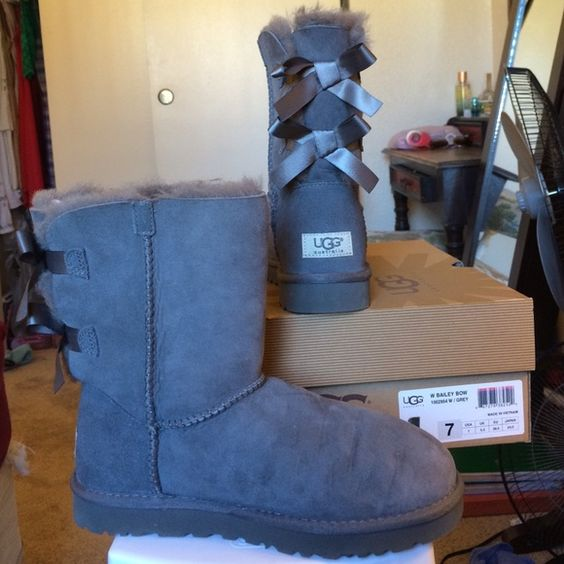 """UGG Australia Bailey Bow Short in Gray/Grey Size 7 Have your feet face the cold in style by adorning them with the premier brand of comfort: UGG Australia.   No stains/marks. No stains on bottom of shoe.   Boasting signature Twinface sheepskin, a plush insole, and a lightweight, flexible outsole  • Twinface sheepskin • 7 ½"""" shaft height • Fixed satin bows • Nylon binding • UGGpure™ insole • Molded EVA outsole • Patent-protected tread design  My climate isn't cold enough for uggs, so I only…"""
