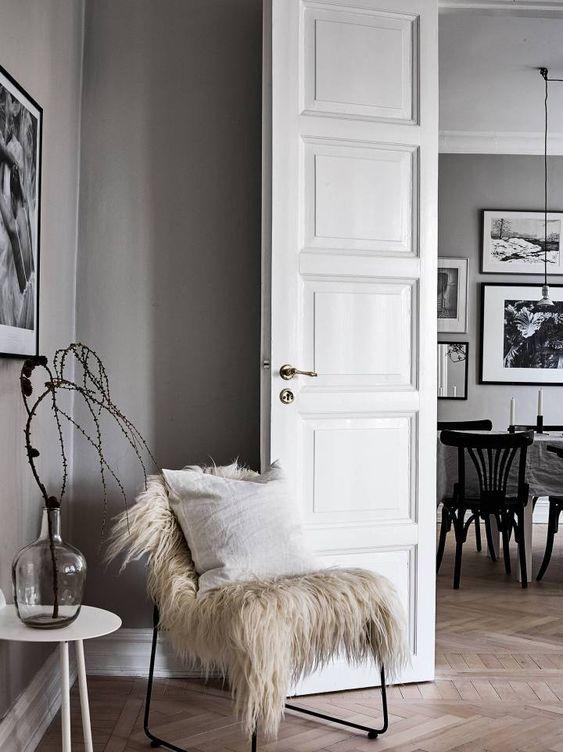 Paredes grises y carpintería blanca Posts, Home and Blog