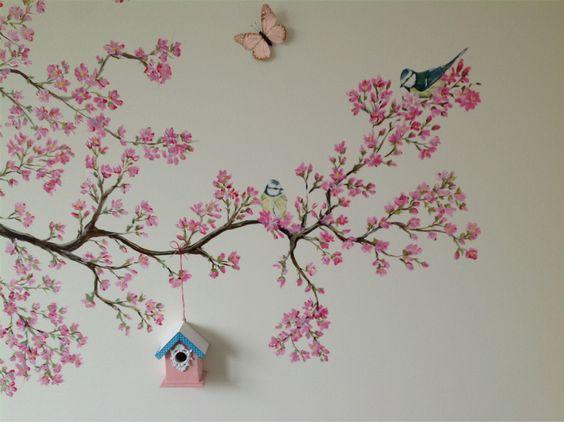 Schattige vogeltjes in de bloesemboom met een echt klein vogelhuisje