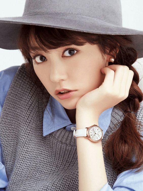 灰色の服と帽子の桐谷美玲