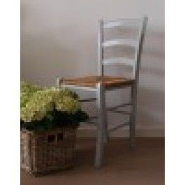 """Boederij stoel  Een oude """"boerderij""""stoel met een rieten zitting, de stoel heeft een lichtgrijs kleurtje gekregen zodat hij zich goed kan mengen in elk interieur."""