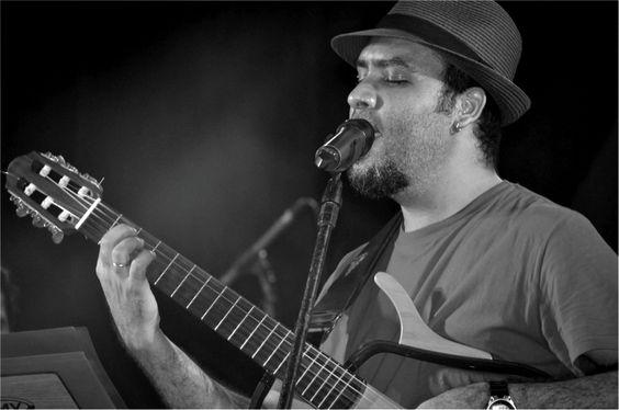 """Na terça-feira, dia 3, às 21h, o cantor Anthony Brito apresenta o show """"O universo de dentro na mala"""", no Chorinho."""