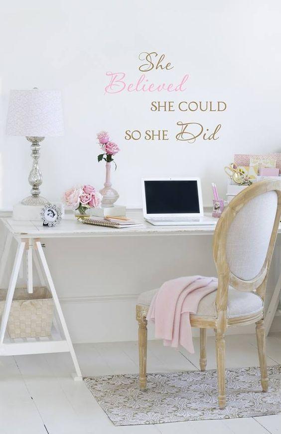Un joli bureau rose et délicat