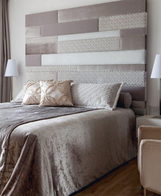 No quarto, cortes de veludo e jacquard (Maria Casa) compõem a cabeceira, de 1,80 m de altura