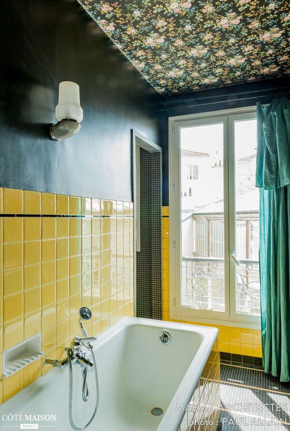 Grand appartement familial parisien de 105 m2 : salle de bains colorée et plafond imprimé fleuri: