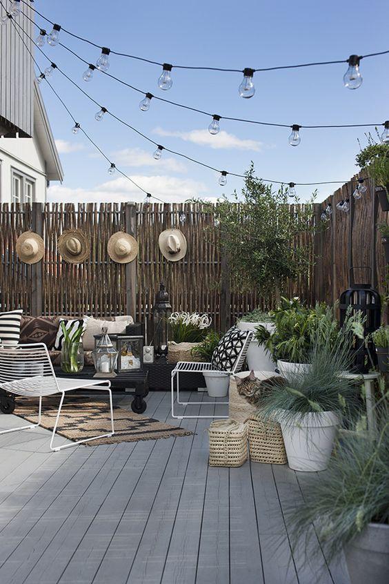 Pour aménager son extérieur   idées originales de décoration, tapis chapeaux paniers ambiance folk decoration-exterieure-fauteil-terrasse-guirlande-mademoiselle-claudine