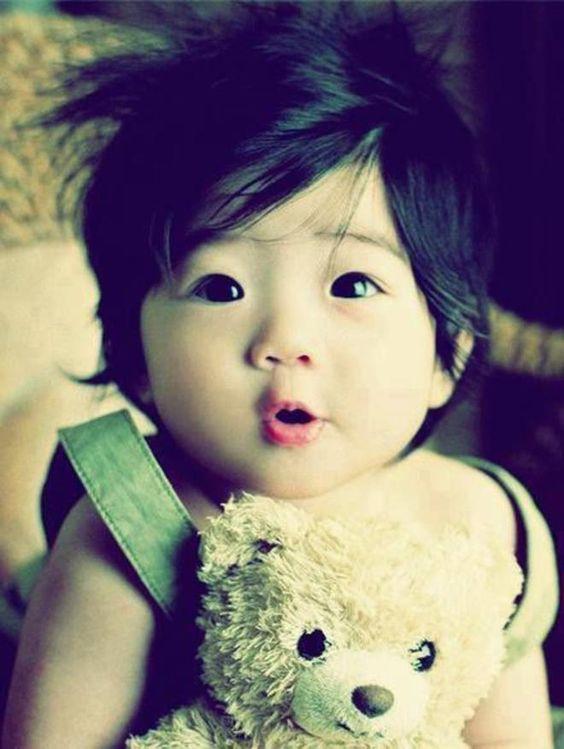 bébé avec une peluche