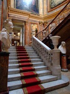 Escalera de Honor, todo un símbolo del poder, la riqueza y el prestigio de los dueños de los palacios del siglo XIX que había que mostrar de cara a la sociedad. En la que aquí contemplamos, merece la pena destacar la barandilla, realizada en hierro forjado en estilo Luis XV y que había pertenecido al madrileño Monasterio de las Salesas Reales de la reina Bárbara de Braganza,