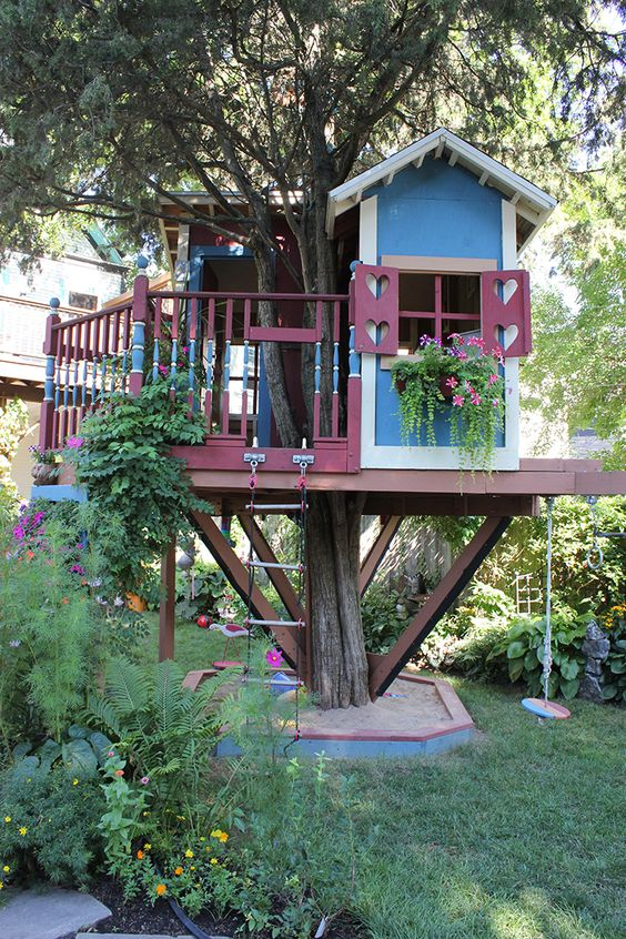Delightful tree house incorporated right into the garden in Buffalo, New York.