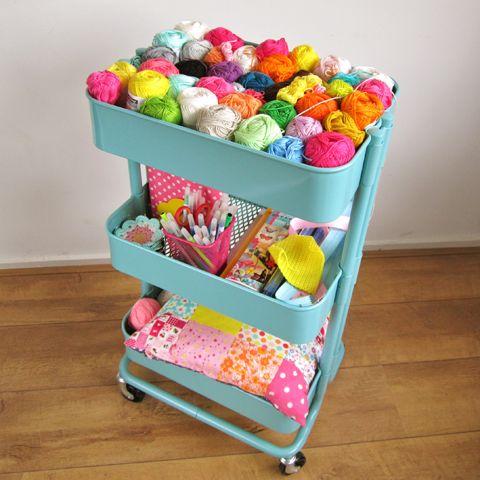 Fios para crochê ou trico bem organizados.