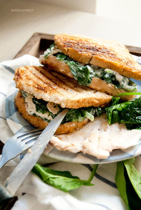 Sandwich with chicken and spinach spiced with greek yogurt