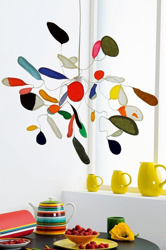 suspension en fil de fer avec pétales en papier de soie coloré façon arty inspiré d'alexander Calder: