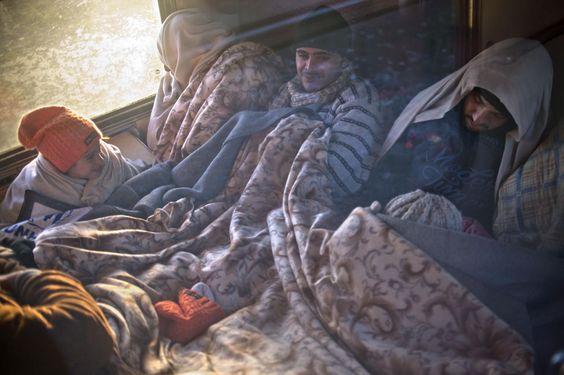 03.11 Ces migrants et réfugiés essaient tant bien que mal de se réchauffer dans un train à la frontière greco-macédonienne.Photo: AFP/Nikolay Doychinov