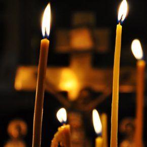 Купить формы для свечи-50 необычных способов применения   Формы для свечи наверняка есть в каждом приходе, храме или монастыре.. Чаще всего священники изготовляют на них свечи. А вот о том, что полезные свойства алюминия, из которого сделаны Формы для свечи  могут пригодиться и в быту, и в домашней косметологии, и даже в народной медицине, многие наверняка даже не догадываются.    Алюминий – важнейший иммунотоксичный микроэлемент для здоровья человека, который удалось выделить в чистом виде только через 100 лет после открытия. Высокая химическая активность минерала обуславливает его способность соединяться с разнообразными веществами. В организме взрослого человека содержание алюминия составляет 50 миллиграмм. Концентрация элемента во внутренних органах, микрограмм на грамм: лимфатических узлах – 32,5; легких -18,2; печени – 2,6; тканях – 0,6; мышцах – 0,5; мозге, семенниках, яичниках – по 0,4. При вдыхании пыли с соединениями алюминия, содержание элемента в легких может достигать 60 микрограмм на грамм. С возрастом его количество в головном мозге и органах дыхания увеличивается.     Алюминий участвует в формировании эпителия, построении соединительной, костной тканей, влияет на активность пищевых желез, ферментов. Суточная норма для взрослого человека варьируется в диапазоне 30 – 50 микрограмм. Считается, что в ежедневном рационе присутствует 100 микрограмм алюминия. Поэтому потребность организма в данном микроэлементе в полной мере удовлетворяется за счет пищи. Помните, из продуктов питания богатых алюминием, усваивается только 4% соединения: через дыхательные пути или пищеварительный тракт. Накопленное с годами вещество выводится с мочой, фекалиями, потом, выдыхаемым воздухом.      ПОЛЕЗНЫЕ СВОЙСТВА. Данный элемент таблицы Менделеева относится к категории соединений, которые выполняют первостепенную роль в человеческом организме. Функции алюминия: Регулирует, ускоряет регенерацию клеток, тем самым продлевая здоровье и молодость. Участвует в формировании хрящей, с