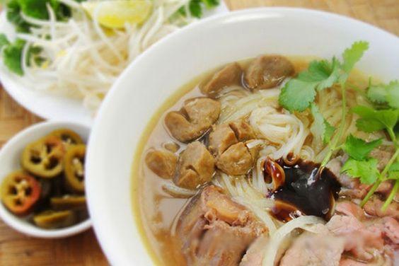 Nếu nhắc đến Việt Nam người ta nhớ ngay đến phở thì bún gánh cà ri cá Nom banh chok được xem như món quốc hồn quốc túy ở đất nước Chùa Tháp.