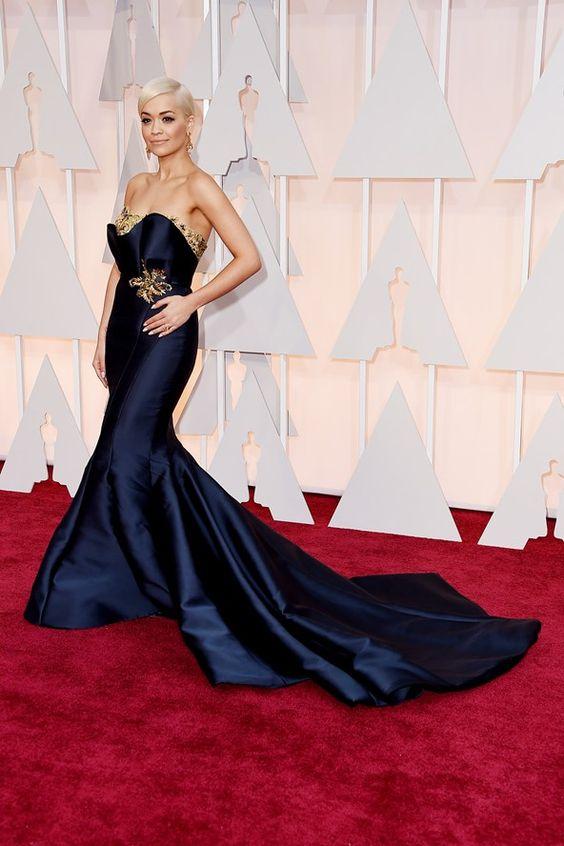 Oscar 2015!!!!1 Rita Ora com lindo Marchesa azul marinho com detalhes dourados!