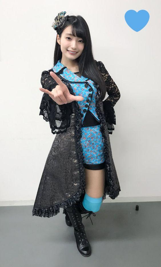 水色のお洋服の高野麻里佳さん