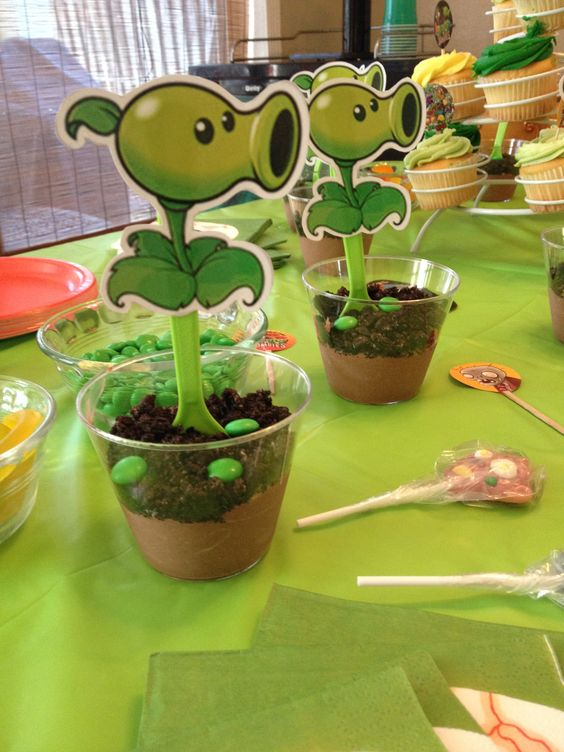 Enfeites De Zumbi ~ Plants vs Zombies Dirt Cups (Pudding, Crushed Oreos, Green M& M's) with Pea Shooter Spoons